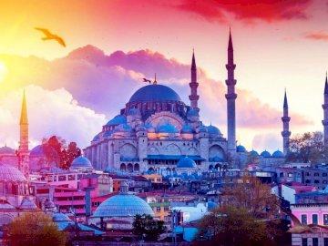 Wieczór w Turcji - Zachodzące słońce w tureckim mieście Stambuł. Stambuł to największe i najludniejsze miasto w