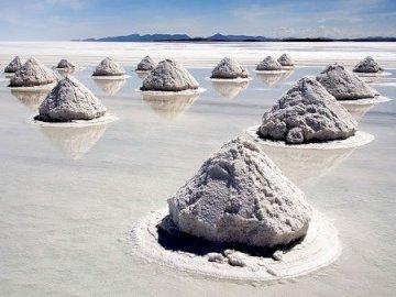 Boliwia.. - największe solnisko świata pokryte cienką warstwą wody wygląda jak lustro
