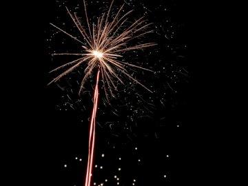 Happy New Year 2020 Unsplash! - Fuochi d'artificio rossi di notte. Devin, Bratislava, Repubblica slovacca, UE