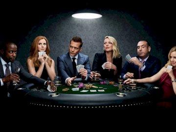 Passt zum Pokerspiel - Harvey, Donna, Louis, Samantha, Kathrina und Alex am Pokertisch