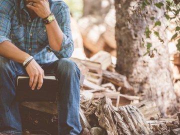 Perdido en sus pensamientos - Hombre vestido con camisa a cuadros azul y jeans azul. Michigan