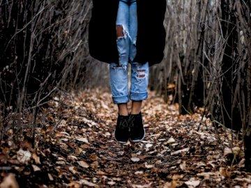 Sobre un camino cubierto de hojas - Persona de pie sobre hojas secas. Edmonton, Alberta