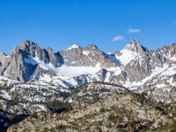 Szczyty nad jeziorem Sabrina w - Pokryte śniegiem góry w ciągu dnia. Ogden Utah