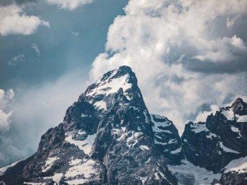 Zbliżenie skalistych szczytów jak - Fotografia biała i czarna góra przez białe chmury. Portland, OR
