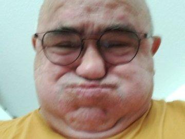 Jean Claude - Una cara redonda de mi hermano que hace una cara bonita