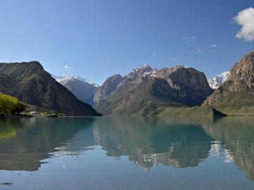 Tadżykistan - jezioro Iskandrakul na tle gór