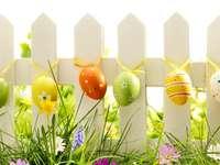 Oeufs de Pâques colorés, clôture - Oeufs de Pâques colorés sur une clôture