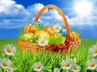 Ovos de Páscoa em uma cesta. - Quebra-cabeça de Páscoa.