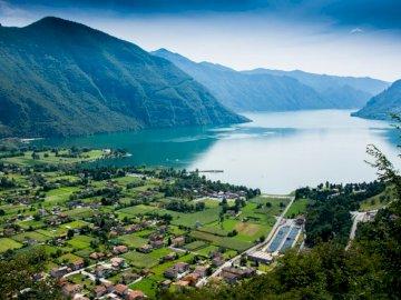 Widok na jezioro Garda - Górskie i jeziorne krajobrazy. Słowenia