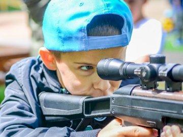 Schießen - Mein Bruder schoss eine Spielzeugpistole auf eine Karte
