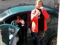 Titine en su coche - Aperitivo castillo acera