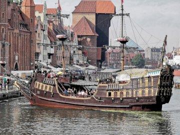 Gdańsk - Polskie Wybrzeże - Widok na drewniany Żuraw z drugiej połowy XV wieku.