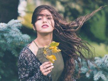 Windgeblasenes gewelltes Haar