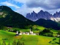 montagnes, chaîne de montagnes, village, nuages, herbe