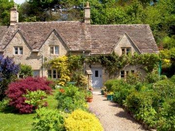En la campiña inglesa - En el campo inglés, en el sendero de Cotswolds, casa antigua, jardín