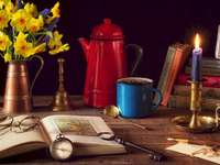 Květinová kytice, džbán, knihy