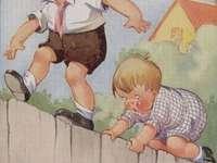 dva rošťáci lezou po plotě