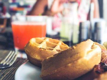 Waffles e presunto em um branco - Prato de waffle em chapa de cerâmica branca. Fairfax Virginia