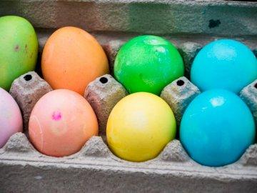 Gefärbte Ostereier sitzen in a - Gelbes blaues und rosa Ei auf Tablett. Holland, MI