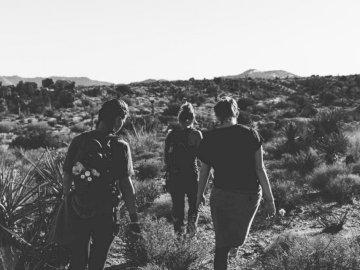 Joshua Tree Friends Walking - Fotografia w skali szarości trzech kobiet trekkingowych na pustym polu. Pasadena, Kalifornia