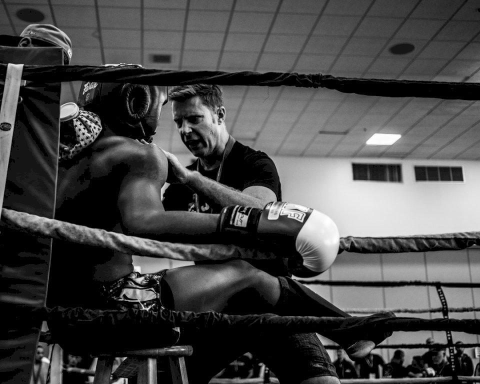 Ongeveer twee minuten en 15 - Grijsschaalfotografie van een bokser binnen reing. Jacksonville, Florida (10×10)