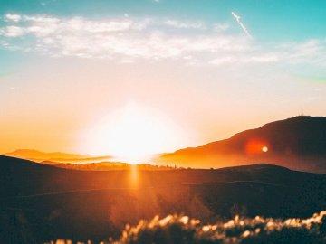 Hell brennen. - Sonnenuntergang über dem Horizont. Orange County, CA.