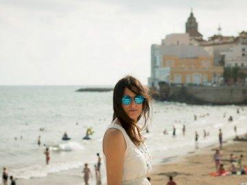 Brisa marina en el cabello de la mujer - Mujer en top sin mangas blanco cerca de la orilla del mar. Madrid, España.