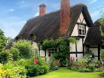 En la campiña inglesa - En el campo inglés, una casa con jardín.