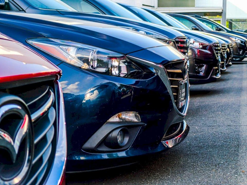 En rad Mazda 3s vid en - Parkerade fordon. Fairfax Virginia (10×10)