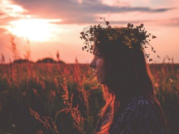 Girl with flower crown in - Depth photography of woman with flower headpiece. Warsaw