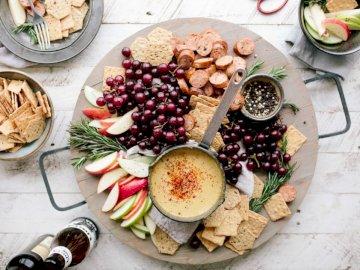 Wyciągnij piwo. Chwyć - Płaska fotografia pokrojonych jabłek, kiełbasek, frytek i brązowego sosu. SLC, UT
