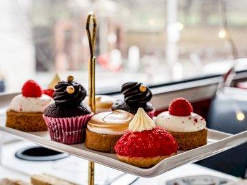Mam nadzieję, że podoba Ci się zdjęcie! Jeśli - Ciasto czekoladowe z truskawkami na wierzchu na białym talerzu ceramicznym. Londyn, Wielka Brytania