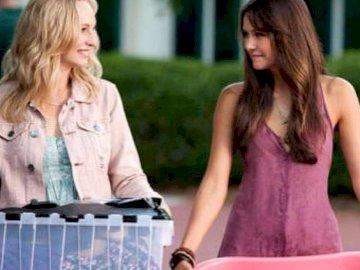 Elena i Caroline - Elena i Caroline z serialu PAMIĘTNIKI WAMPIRÓW