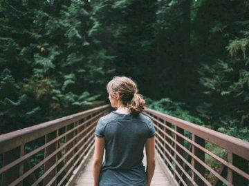 Δασική γέφυρα - Εκλεκτική φωτογραφία εστίασης της γυναίκας στο μαύρο �