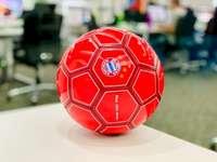 Labdarúgás az irodában - Piros futball-labda, fehér asztal. Dhaka, Banglades