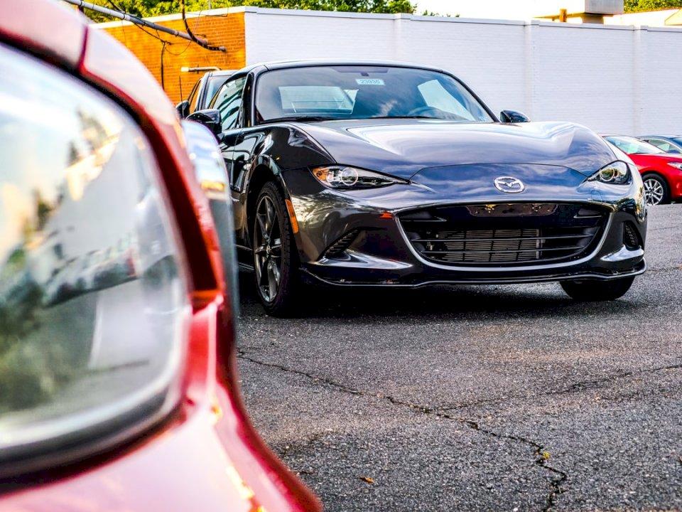 En Mazda Miata sitter framför - Svart Mazda bil. Fairfax Virginia (10×10)