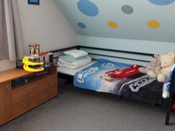 wnętrze pokoiku z łóżkiem - wnętrze pokoiku z łóżkiem dla chłopca