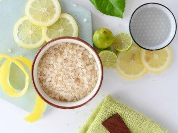 Sal de limón - Tazones redondos de cerámica blanca junto a limones en rodajas. Santiago, Chile Un plato de fruta e
