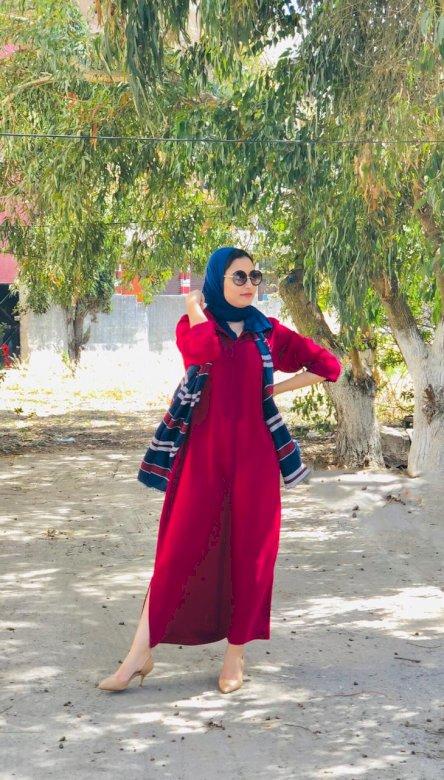 khaoula mouharba - este o fată, în jelaba și foarte lungă. hijab și ochelari O persoană care stă lângă un copac (5×5)