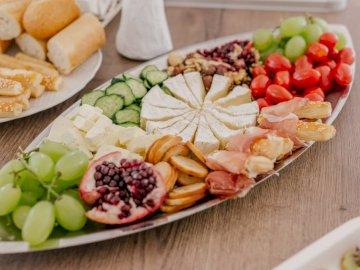Vorspeise, Essen - Geschnittene Früchte auf weißer Keramikplatte. Ploiesti, Rumänien Ein Holztisch mit verschiedenen
