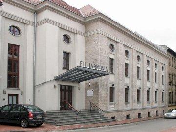 Филхармония - Zabrze - Budynek Filharmonii Автомобил, паркиран отстрани на сграда