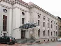 Filharmonia - Zabrze- Filharmonia. Zabrze - Budynek Filharmonii Een auto geparkeerd aan de zijkant van een gebouw.