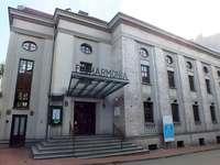 Zabrze- Filharmonia - Zabrze, Filharmonia. Zabrze- Budynek Filharmonii Een groot wit gebouw. Zabrze, Budynek Filharmonii E