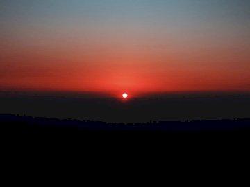 Wielki zachód słońca w Jordanii - Sylwetka góry podczas zachodu słońca. Zachód słońca nad akwenem.
