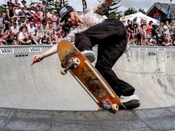 Mangawhai Bowl Jam 2019 - - Persona che guida skateboard. Auckland, Nuova Zelanda Un uomo in sella a uno skateboard sul lato di