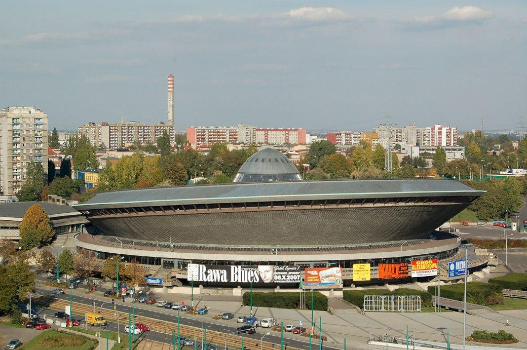 """Spodek in Katowice - Unterhaltungshalle """"Spodek"""" in Katowice Ein kleines Boot in einer großen Stadt (5×5)"""