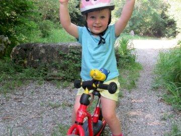 AlbaneBeguin - Velo de jovem feliz na floresta, levantando os braços Um garotinho usando um capacete, andar de bic
