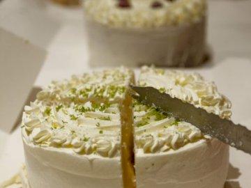 albanebeg - gvtfetyxyectrcetxerdyfrfrdetdetyd Kawałek ciasta na talerzu.