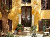 Grecja Ateny - ateńskie klimaty  ---------- Kamienny budynek z kominkiem przed kominkiem.
