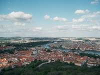Uitzicht over de stad van Praag op - Luchtfoto van de stad overdag. Finland Een canyon met een stad op de achtergrond.
